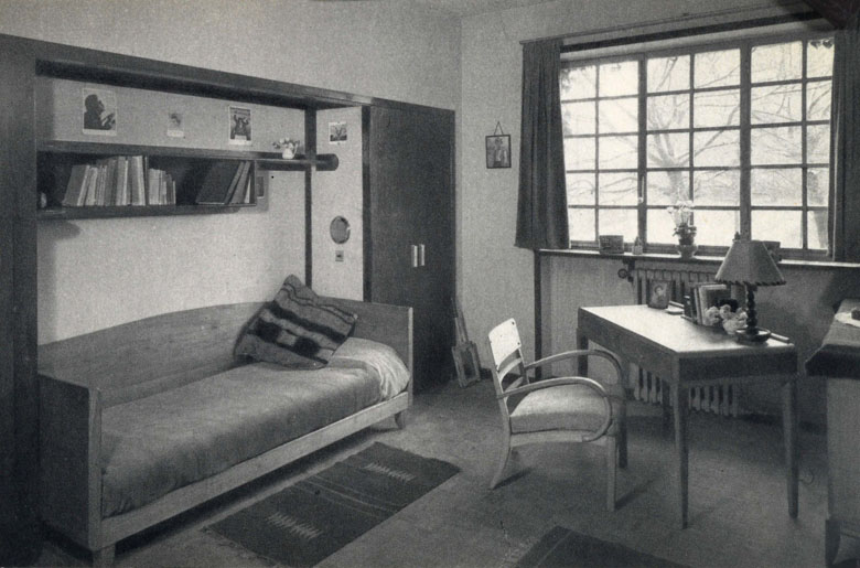 Une chambre d'étudiant, s.d. [vers 1939]. Carte postale.; Archives nationales; 20090013/132 Archives nationales; 20090013/132