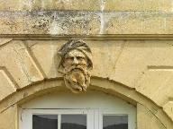Ensemble du décor d'architecture : 1 bas-relief et 8 mascarons